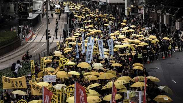 Manifestantes marcham pela democracia em Hong Kong