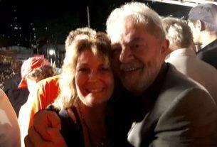 A colunista do Correio do Brasil, enviada especial a Curitiba, cumprimenta o ex-presidente Luiz Inácio Lula da Silva com um abraço