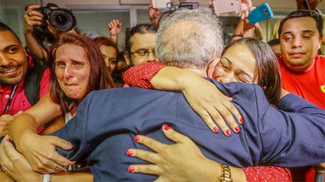 Lula recebe o carinho de todos, na sede do sindicato