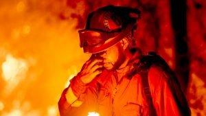 Bombeiro norte-americano sente os efeitos do calor e da fumaça em área de incêndio na Califórnia