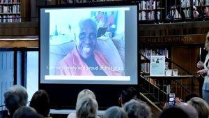 Autora de Guadeloupe, Maryse Conde vive em Paris. Ela apareceu na transmissão, ao vivo, durante o anúncio de que recebeu o prêmio da New Academy.