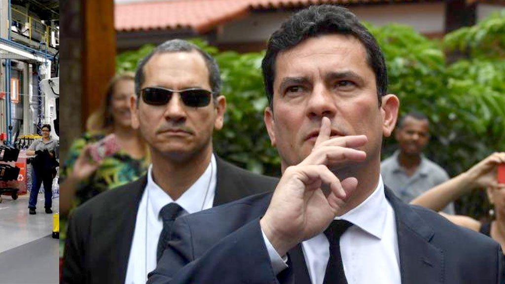 Moro pede silêncio à turba que o aguardava, na saída da casa de Jairo Bolsonaro, na Barra da Tijuca. Não foi atendido