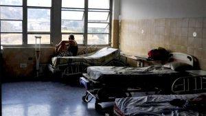 Paciente aguarda que a eletricidade volte ao hospital, para receber atendimento médico