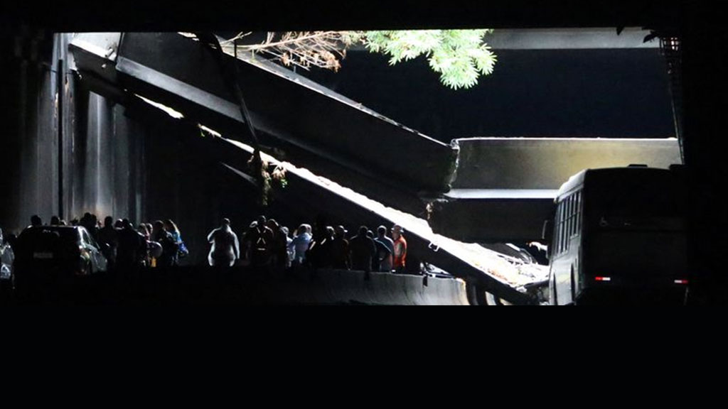 As obras de retirada dos entulhos no Túnel Acústico seguiram por toda a madrugada deste domingo