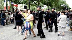 Os policiais militares franceses tentaram impedir a presença de manifestantes nas ruas de Paris