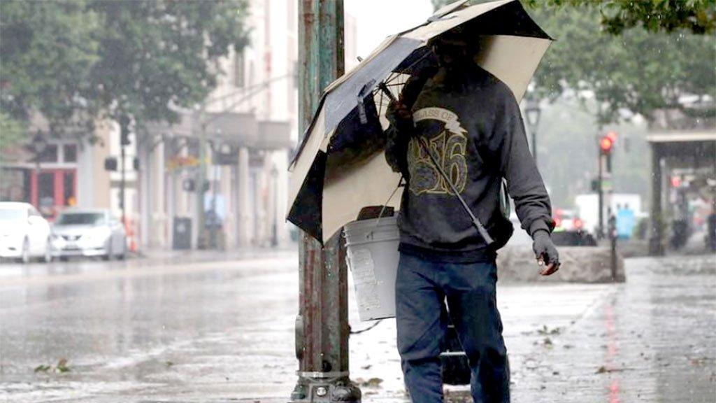 Os moradores de Nova Orleans saem às ruas, após notícias de que o furacão Barry mudou de direção