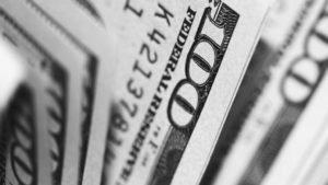 Na véspera, o dólar à vista subiu 0,48%, a R$ 4,1236 na venda