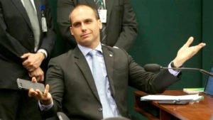 "Eduardo Bolsonaro disse ter decidido permanecer no Brasil para ""defender os princípios conservadores"