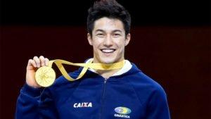 Nory exibe sua medalha de ouro, conquistada na Alemanha