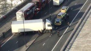 Viaturas da polícia e caminhão são vistos na London Bridge após disparos em imagem obtida de um vídeo nas mídias sociais