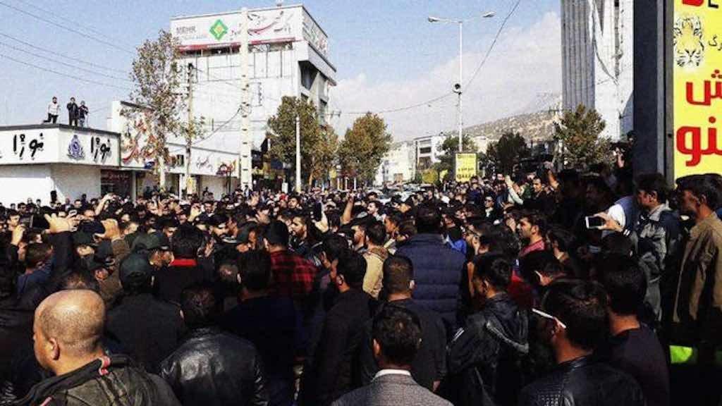 Estopim dos protestos no Irã foi um aumento de mais de 50% no preço da gasolina