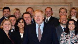 Primeiro-ministro britânico, Boris Johnson, posa com novos parlamentares conservadores no Parlamento britânico, em Londres
