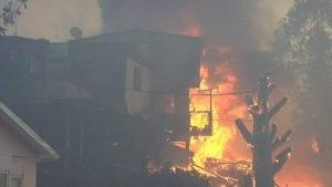 Incêndio na cidade chilena de Valparaíso destrói dezenas de casas