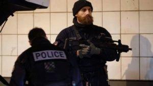 Policias franceses na região de La Défense, em Paris