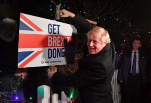 Boris Johnson posa ao lado de placa em South Benfleet