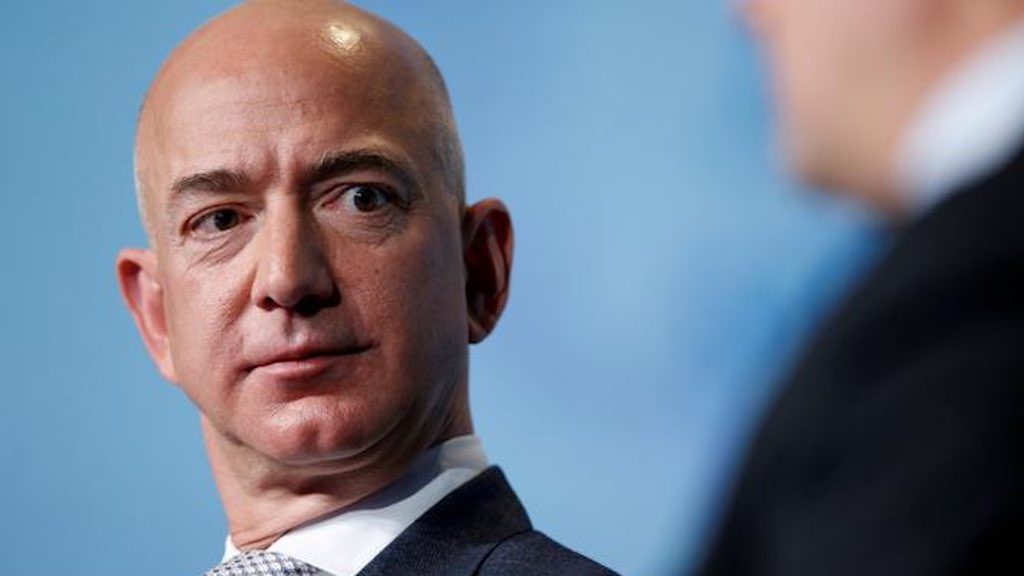 "Um dos homens mais ricos do planeta, Jeff Bezos é dono da Amazon e do ""Washington Post"""