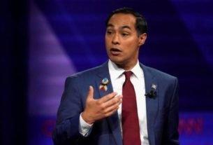 Ex-secretário de Habitação Julián Castro gesticula durante debate presidencial democrata