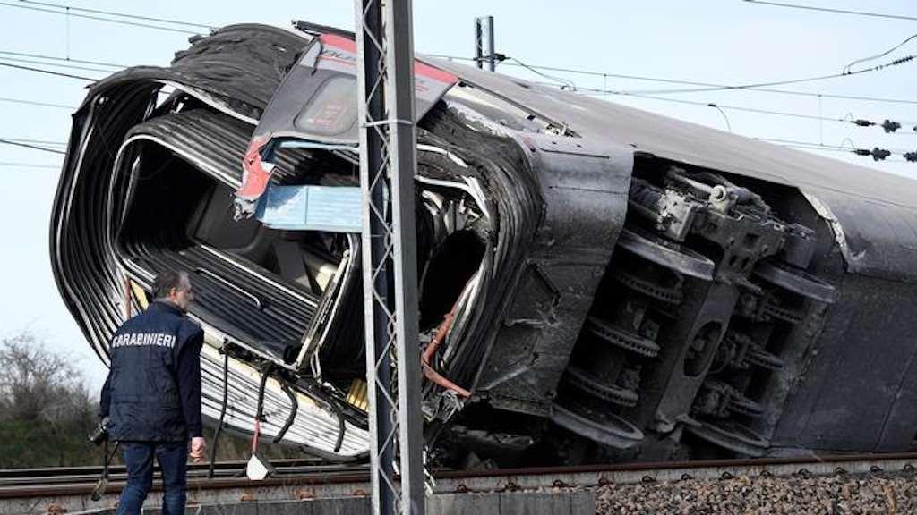 De acordo com informações iniciais, locomotiva saiu dos trilhos e bateu num vagão de carga