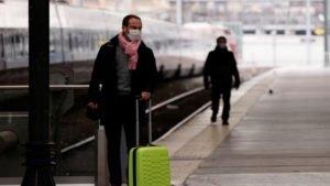 Homem com máscara de proteção em plataforma de trem Gare du Nord, em Paris