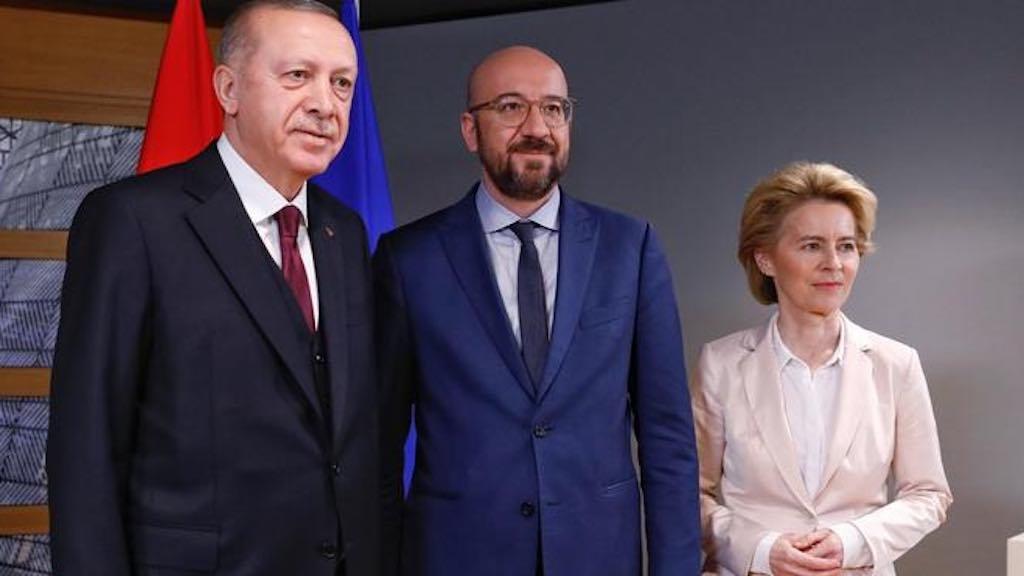 O presidente turco Erdogan, o chefe do Conselho Europeu, Charles Michel, e a chefe da Comissão Europeia, Ursula von der Leyen