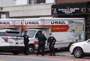 Na cidade de Nova York, foram encontrados dois caminhões com dezenas de cadáveres