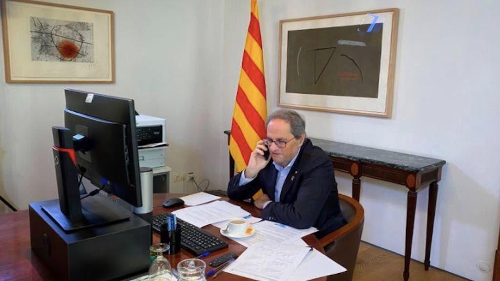 Líder do governo regional da Catalunha, Quim Torra, conversa ao telefone durante entrevista à Reuters em Barcelona