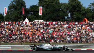 Piloto Lewis Hamilton passa pelo público durante Grande Prêmio da Hungria