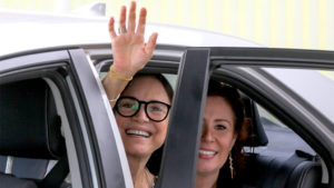 Ao lado da deputada Carla Zambelli (PSL-SP), a agora ex-secretária da Cultura Regina Duarte se despede do cargo