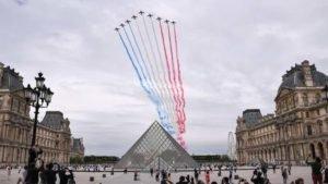 Em Paris, caças pintaram o céu com fumaça azul, branca e vermelha