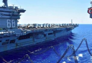 Porta-aviões norte-americano USS Nimitz é reabastecido no Mar do Sul da China