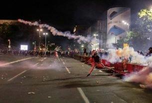 Manifestantes contra medidas de restrição social entram em confronto com a polícia em frente ao parlamento sérvio em Belgrado