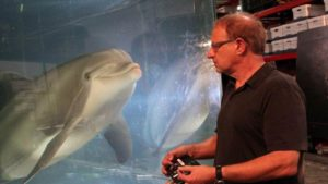 Walt Conti, fundador e CEO da Edge Innovations, ao lado de golfinho-robô criado pela empresa
