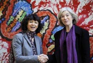 Microbiologista francesa Emmanuelle Charpentier e professora norte-americana Jennifer Doudna posam para foto em Oviedo, na Espanha em 2015