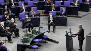 Secretário-geral da ONU, António Guterres discursa no Bundestag junto a chanceler Angela Merkel e autoridades
