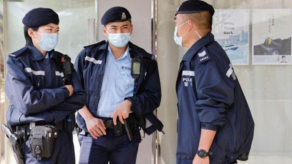 Policiais fazem guarda do lado de fora de escritório de ativista pró-democracia em Hong Kong